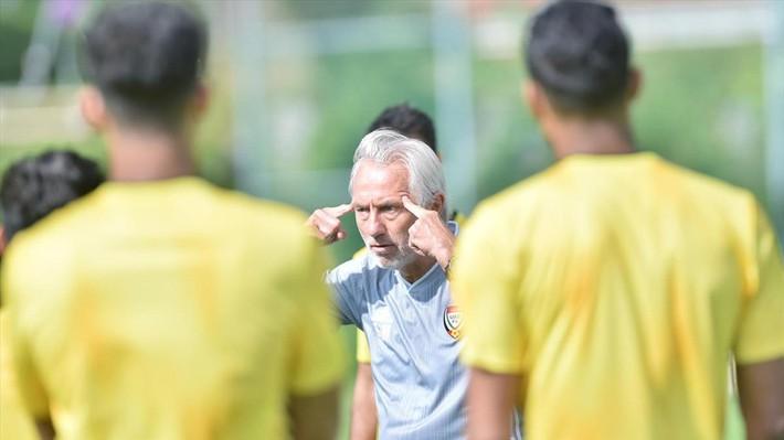Trước trận gặp tuyển Việt Nam, nội bộ UAE bất ngờ khẩu chiến kịch liệt - Ảnh 3.