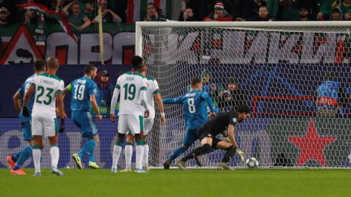 Cả năm mới có quả đá phạt ra tấm ra món, nhưng Ronaldo bị đồng đội cướp mất bàn thắng - Ảnh 3.