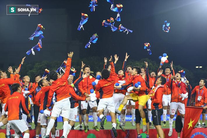 Giơ cao lá cờ Việt Nam, HLV Park Hang-seo rạng rỡ cùng học trò ăn mừng tấm HCV SEA Games - Ảnh 14.
