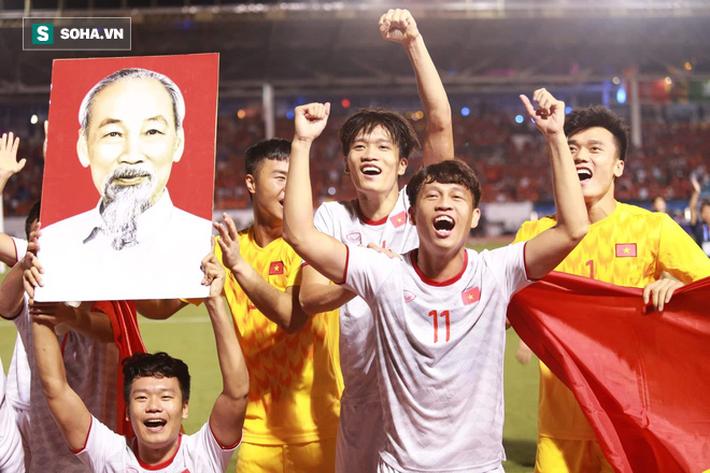 Giơ cao lá cờ Việt Nam, HLV Park Hang-seo rạng rỡ cùng học trò ăn mừng tấm HCV SEA Games - Ảnh 3.