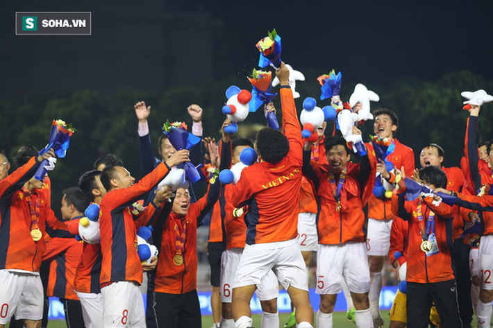 Giơ cao lá cờ Việt Nam, HLV Park Hang-seo rạng rỡ cùng học trò ăn mừng tấm HCV SEA Games - Ảnh 13.