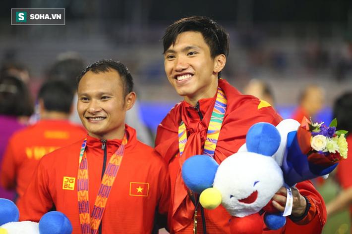 Giơ cao lá cờ Việt Nam, HLV Park Hang-seo rạng rỡ cùng học trò ăn mừng tấm HCV SEA Games - Ảnh 16.