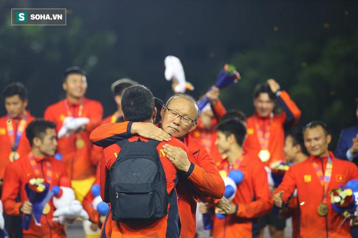Giơ cao lá cờ Việt Nam, HLV Park Hang-seo rạng rỡ cùng học trò ăn mừng tấm HCV SEA Games - Ảnh 11.