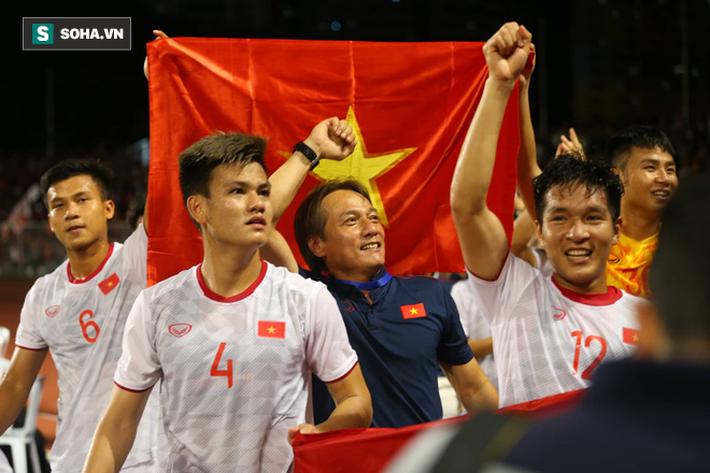 Giơ cao lá cờ Việt Nam, HLV Park Hang-seo rạng rỡ cùng học trò ăn mừng tấm HCV SEA Games - Ảnh 7.