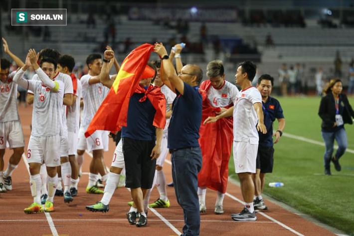 Giơ cao lá cờ Việt Nam, HLV Park Hang-seo rạng rỡ cùng học trò ăn mừng tấm HCV SEA Games - Ảnh 9.