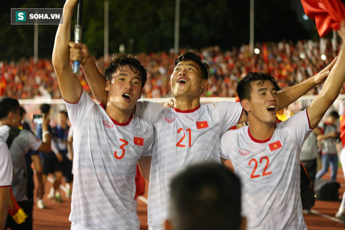 Giơ cao lá cờ Việt Nam, HLV Park Hang-seo rạng rỡ cùng học trò ăn mừng tấm HCV SEA Games - Ảnh 6.