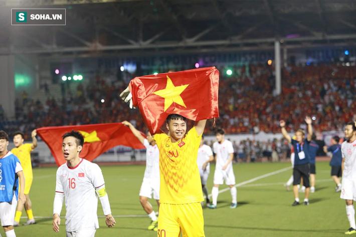 Giơ cao lá cờ Việt Nam, HLV Park Hang-seo rạng rỡ cùng học trò ăn mừng tấm HCV SEA Games - Ảnh 4.