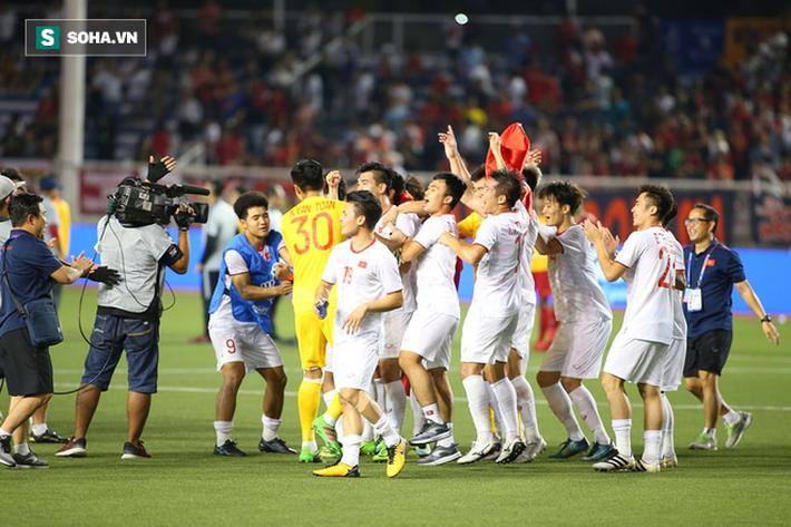 Giơ cao lá cờ Việt Nam, HLV Park Hang-seo rạng rỡ cùng học trò ăn mừng tấm HCV SEA Games - Ảnh 1.