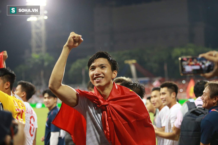 Giơ cao lá cờ Việt Nam, HLV Park Hang-seo rạng rỡ cùng học trò ăn mừng tấm HCV SEA Games - Ảnh 2.