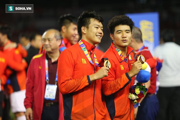 Giơ cao lá cờ Việt Nam, HLV Park Hang-seo rạng rỡ cùng học trò ăn mừng tấm HCV SEA Games - Ảnh 10.