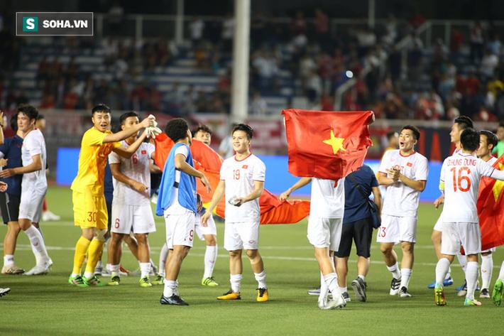 Giơ cao lá cờ Việt Nam, HLV Park Hang-seo rạng rỡ cùng học trò ăn mừng tấm HCV SEA Games - Ảnh 8.