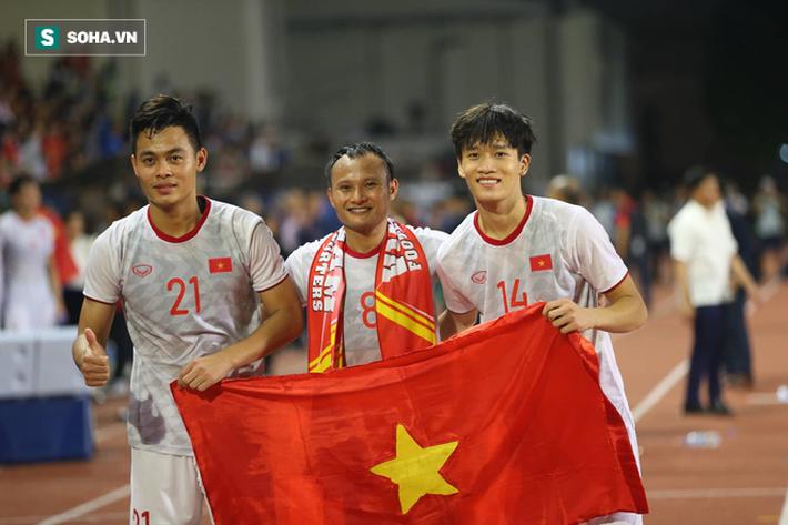 Giơ cao lá cờ Việt Nam, HLV Park Hang-seo rạng rỡ cùng học trò ăn mừng tấm HCV SEA Games - Ảnh 5.