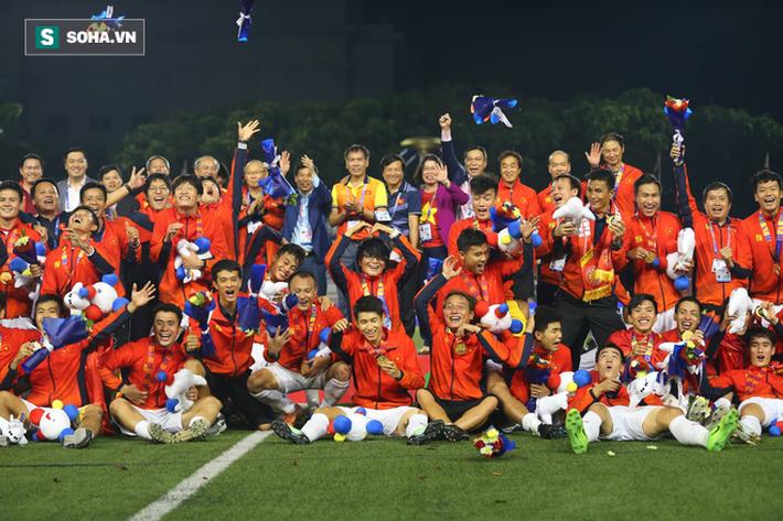 Giơ cao lá cờ Việt Nam, HLV Park Hang-seo rạng rỡ cùng học trò ăn mừng tấm HCV SEA Games - Ảnh 12.