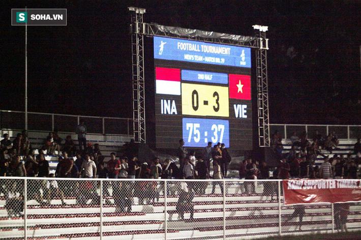 Bỏ lại đội nhà, CĐV Indonesia lũ lượt về ngay khi nhận bàn thua quyết định trước Việt Nam - Ảnh 2.
