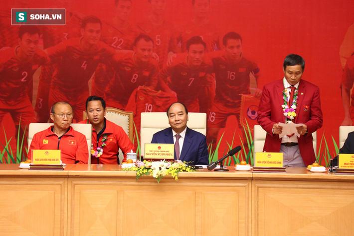 Thủ tướng Nguyễn Xuân Phúc nồng nhiệt ôm HLV Park Hang-seo - Ảnh 6.