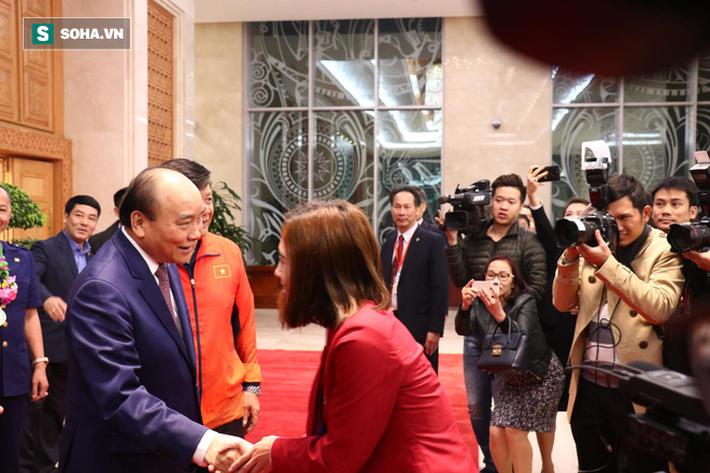 Thủ tướng Nguyễn Xuân Phúc nồng nhiệt ôm HLV Park Hang-seo - Ảnh 3.