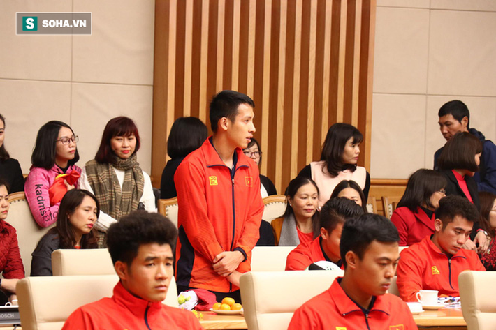 Thủ tướng Nguyễn Xuân Phúc nồng nhiệt ôm HLV Park Hang-seo - Ảnh 7.