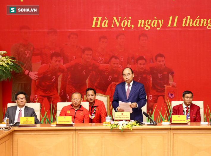 Thủ tướng Nguyễn Xuân Phúc nồng nhiệt ôm HLV Park Hang-seo - Ảnh 4.