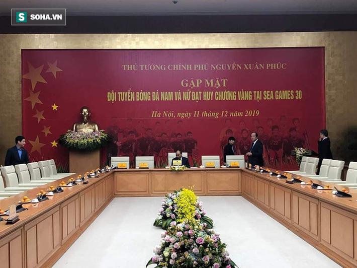 Thủ tướng Nguyễn Xuân Phúc nồng nhiệt ôm HLV Park Hang-seo - Ảnh 1.