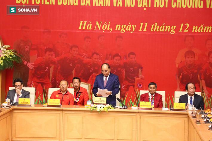 Thủ tướng Nguyễn Xuân Phúc nồng nhiệt ôm HLV Park Hang-seo - Ảnh 5.
