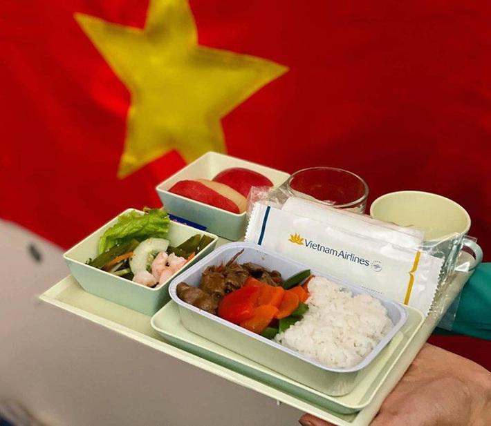 Tiết lộ về bữa ăn của các nhà vô địch SEA Games trên chuyên cơ về nước - Ảnh 1.