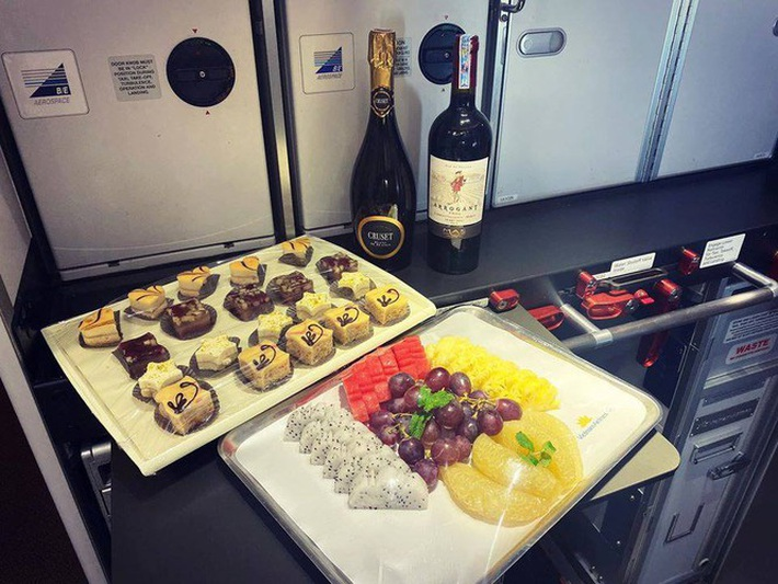 Tiết lộ về bữa ăn của các nhà vô địch SEA Games trên chuyên cơ về nước - Ảnh 2.