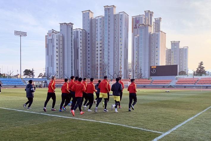 U23 Việt Nam khổ luyện dưới trời lạnh 5 độ C ở Hàn Quốc - Ảnh 5.
