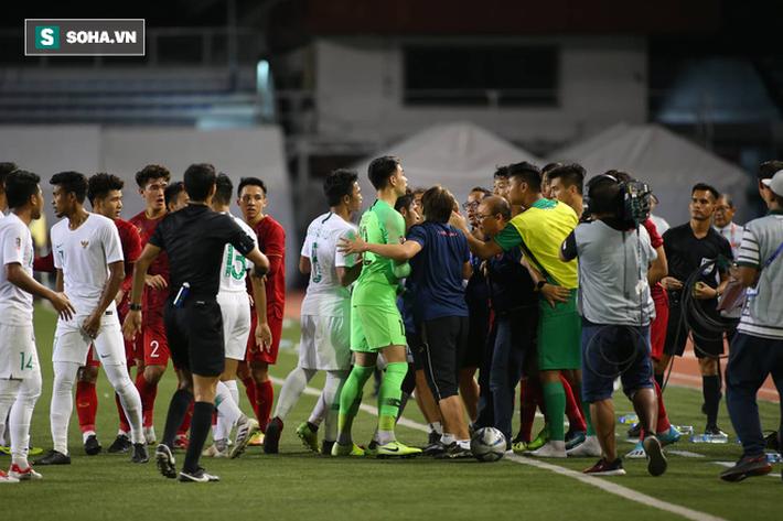 Chùm ảnh: HLV Park Hang-seo mạnh mẽ cản dàn cầu thủ Indonesia cà khịa Nguyễn Tiến Linh - Ảnh 6.