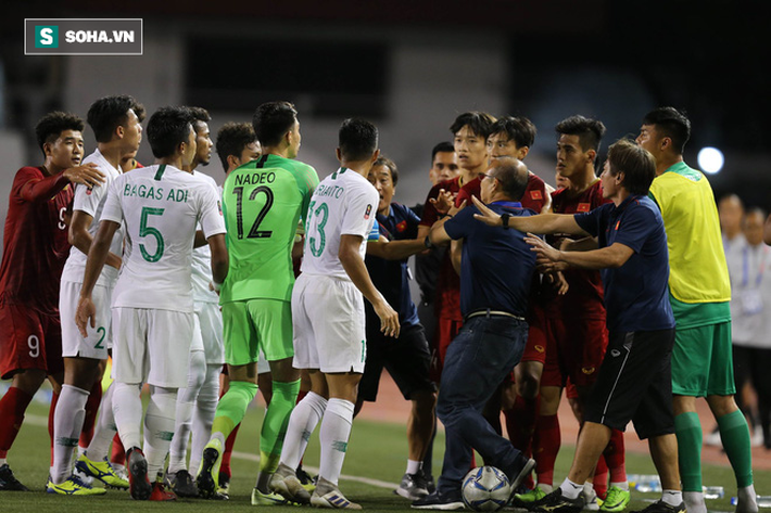 Chùm ảnh: HLV Park Hang-seo mạnh mẽ cản dàn cầu thủ Indonesia cà khịa Nguyễn Tiến Linh - Ảnh 5.