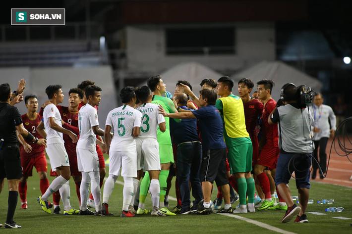 Chùm ảnh: HLV Park Hang-seo mạnh mẽ cản dàn cầu thủ Indonesia cà khịa Nguyễn Tiến Linh - Ảnh 7.