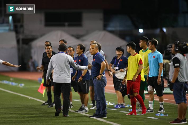 Chùm ảnh: HLV Park Hang-seo mạnh mẽ cản dàn cầu thủ Indonesia cà khịa Nguyễn Tiến Linh - Ảnh 10.
