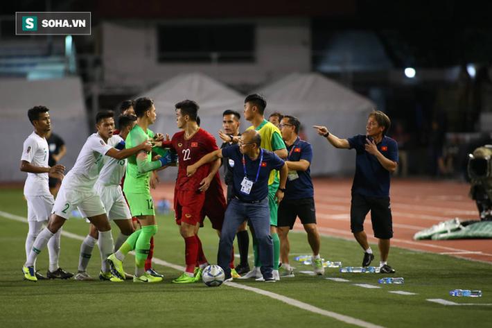 Chùm ảnh: HLV Park Hang-seo mạnh mẽ cản dàn cầu thủ Indonesia cà khịa Nguyễn Tiến Linh - Ảnh 1.