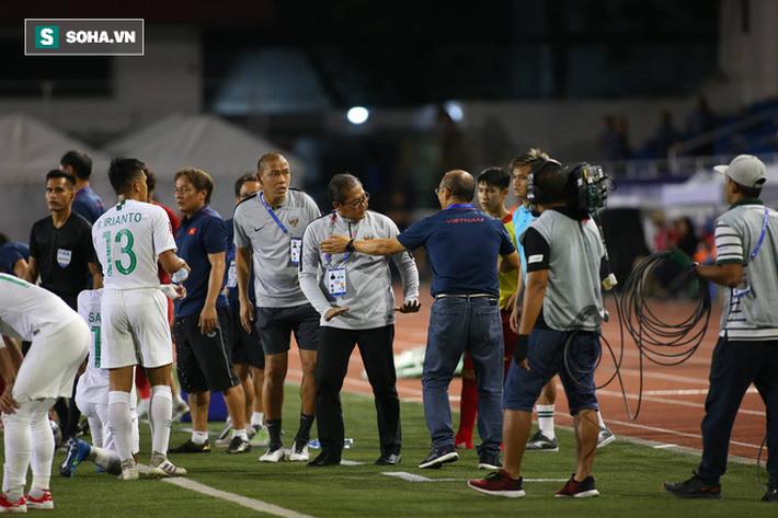 Chùm ảnh: HLV Park Hang-seo mạnh mẽ cản dàn cầu thủ Indonesia cà khịa Nguyễn Tiến Linh - Ảnh 9.