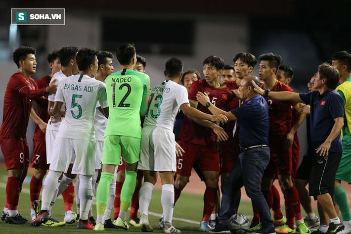 Chùm ảnh: HLV Park Hang-seo mạnh mẽ cản dàn cầu thủ Indonesia cà khịa Nguyễn Tiến Linh - Ảnh 4.