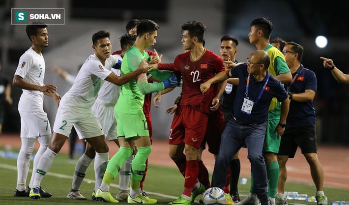 Chùm ảnh: HLV Park Hang-seo mạnh mẽ cản dàn cầu thủ Indonesia cà khịa Nguyễn Tiến Linh - Ảnh 2.