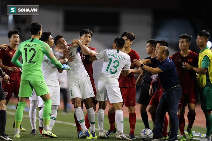 Chùm ảnh: HLV Park Hang-seo mạnh mẽ cản dàn cầu thủ Indonesia cà khịa Nguyễn Tiến Linh - Ảnh 3.