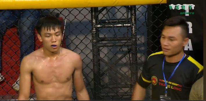 Võ sĩ Vịnh Xuân Việt Nam tung cú đấm tuyệt đỉnh hạ đo ván đấu sĩ Muay Thái - Ảnh 1.