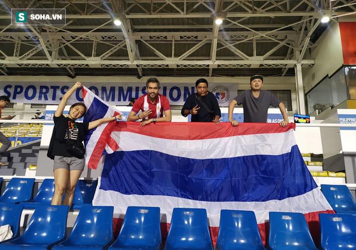 CĐV Thái Lan vỡ òa trên sân Rizal: Không tin nổi thắng Lào mà lại thấy sướng đến thế - Ảnh 1.