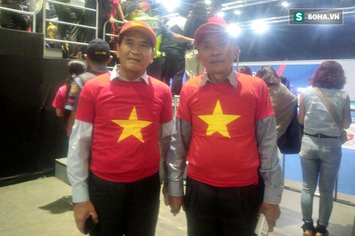 CĐV Việt Nam đội mưa bão, vượt hàng nghìn km và tạo nên điều ít thấy ở SEA Games - Ảnh 8.