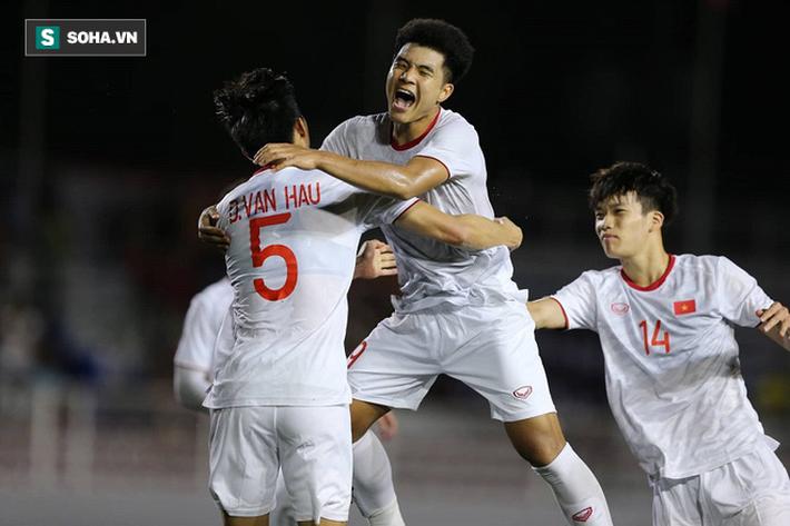 HLV Nishino và BHL Thái Lan lắc đầu, lặng lẽ rời sân ngay sau bàn thắng của Hà Đức Chinh - Ảnh 2.