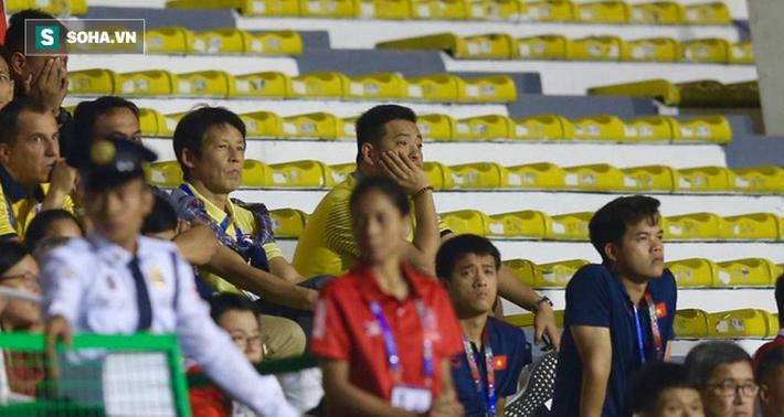 HLV Nishino và BHL Thái Lan lắc đầu, lặng lẽ rời sân ngay sau bàn thắng của Hà Đức Chinh - Ảnh 1.