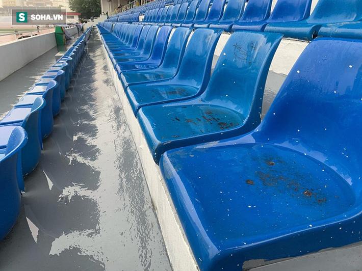 Sân bóng SEA Games ngập sũng nước trước giờ G, tiềm ẩn nguy cơ lớn cho U22 Việt Nam - Ảnh 7.
