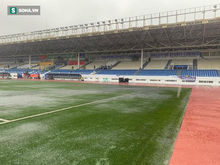Sân bóng SEA Games ngập sũng nước trước giờ G, tiềm ẩn nguy cơ lớn cho U22 Việt Nam - Ảnh 3.