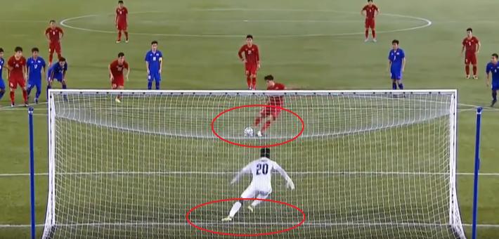Dùng tiểu xảo để cản penalty của U22 Việt Nam, thủ môn Thái Lan bị trọng tài bắt thóp - Ảnh 2.