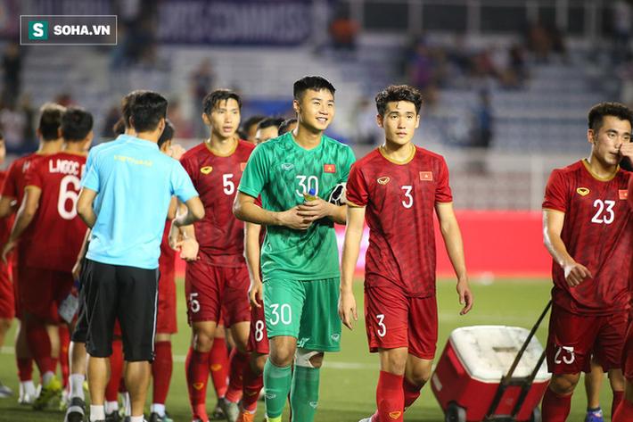 HLV Park Hang-seo nán lại cùng học trò nhặt hết rác trước khi ra về - Ảnh 9.
