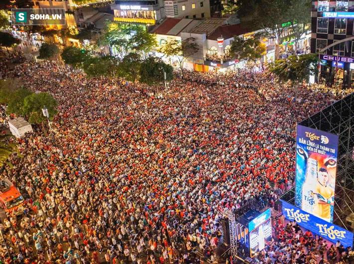 Hàng vạn CĐV đổ ra đường cổ vũ U22 Việt Nam, tin thầy trò HLV Park sẽ vô địch SEA Games - Ảnh 7.