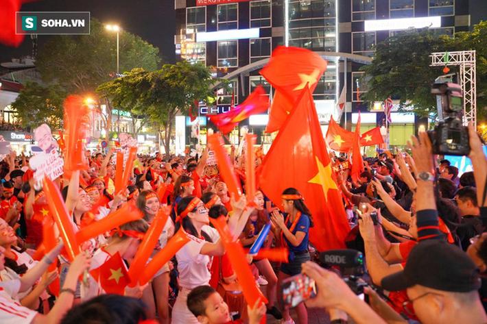 Hàng vạn CĐV đổ ra đường cổ vũ U22 Việt Nam, tin thầy trò HLV Park sẽ vô địch SEA Games - Ảnh 4.