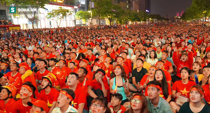 Hàng vạn CĐV đổ ra đường cổ vũ U22 Việt Nam, tin thầy trò HLV Park sẽ vô địch SEA Games - Ảnh 2.