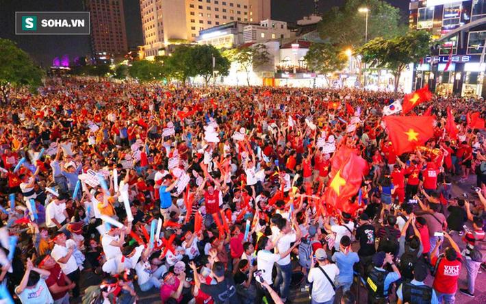 Hàng vạn CĐV đổ ra đường cổ vũ U22 Việt Nam, tin thầy trò HLV Park sẽ vô địch SEA Games - Ảnh 1.