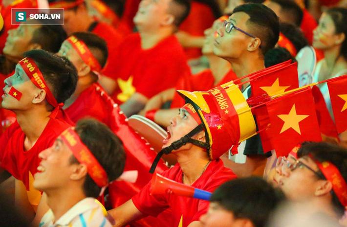 Hàng vạn CĐV đổ ra đường cổ vũ U22 Việt Nam, tin thầy trò HLV Park sẽ vô địch SEA Games - Ảnh 3.